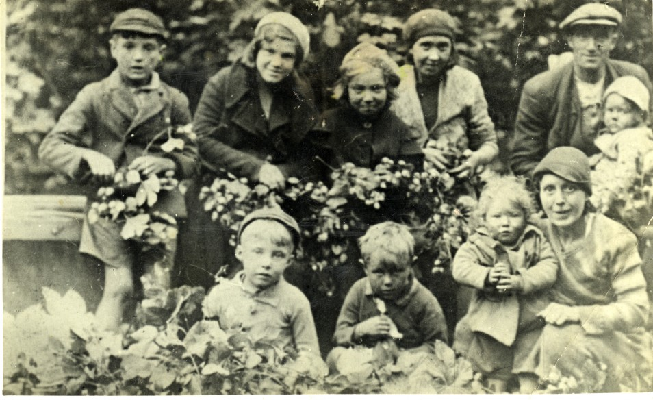 Image from Jean Aylward's archive. Members of the Wilson and Hutton family, September 1935.
