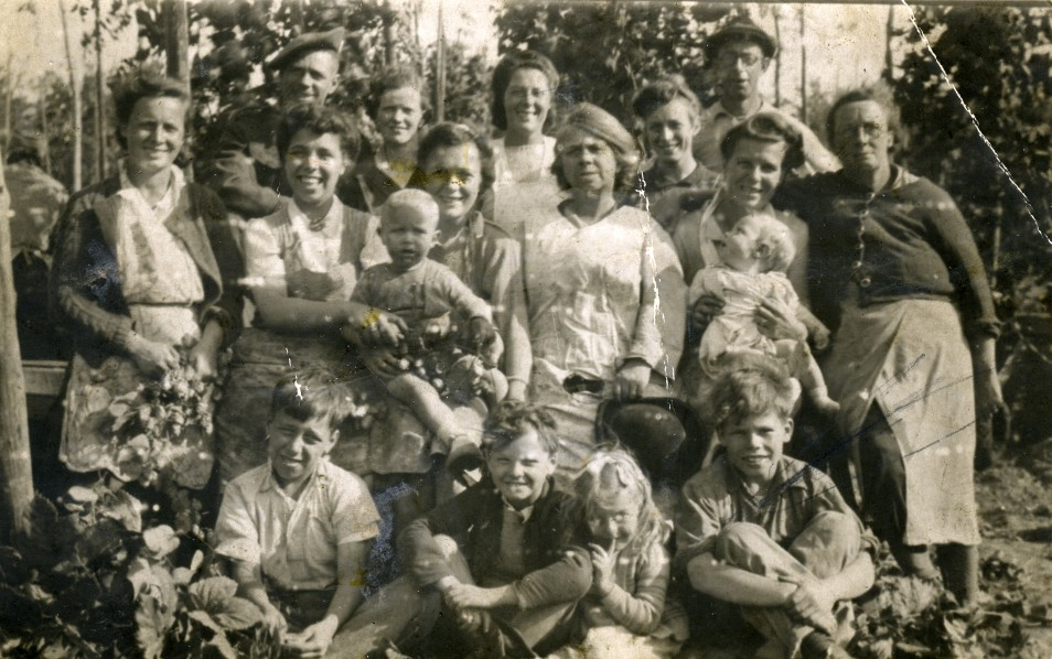 Image from Evelyn Hazard's archive. Mum, Nan and other family members, 1942.