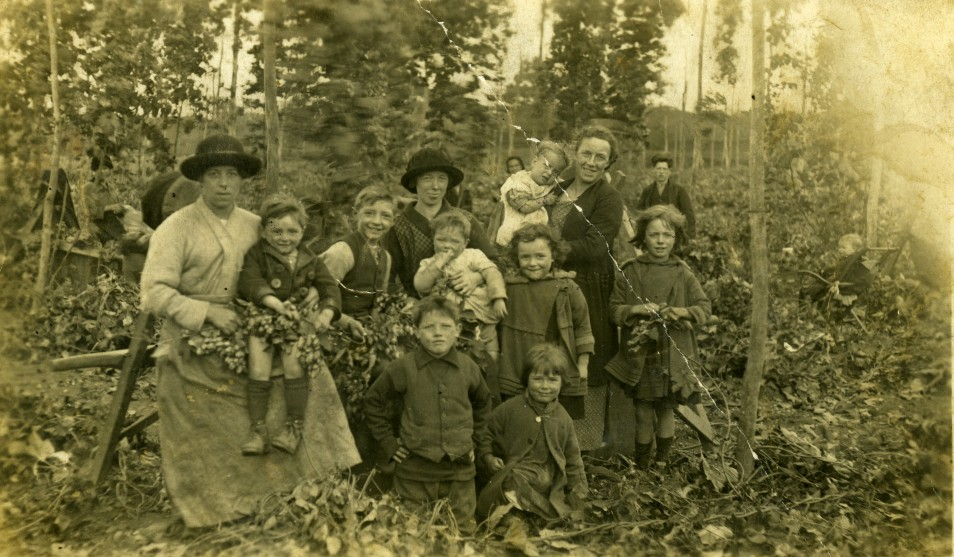 Image from Evelyn Hazard's archive. Nan, Mum, aunts and other relatives. New Barn Farm, 1925.